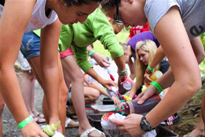 Campers making tie dye t-shirts