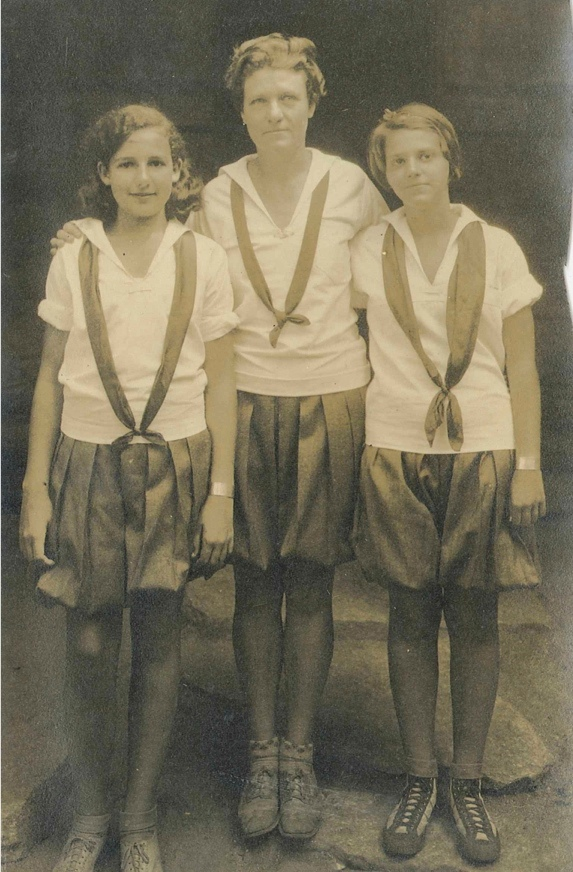 Ellen Hume Jervey (center), 1928
